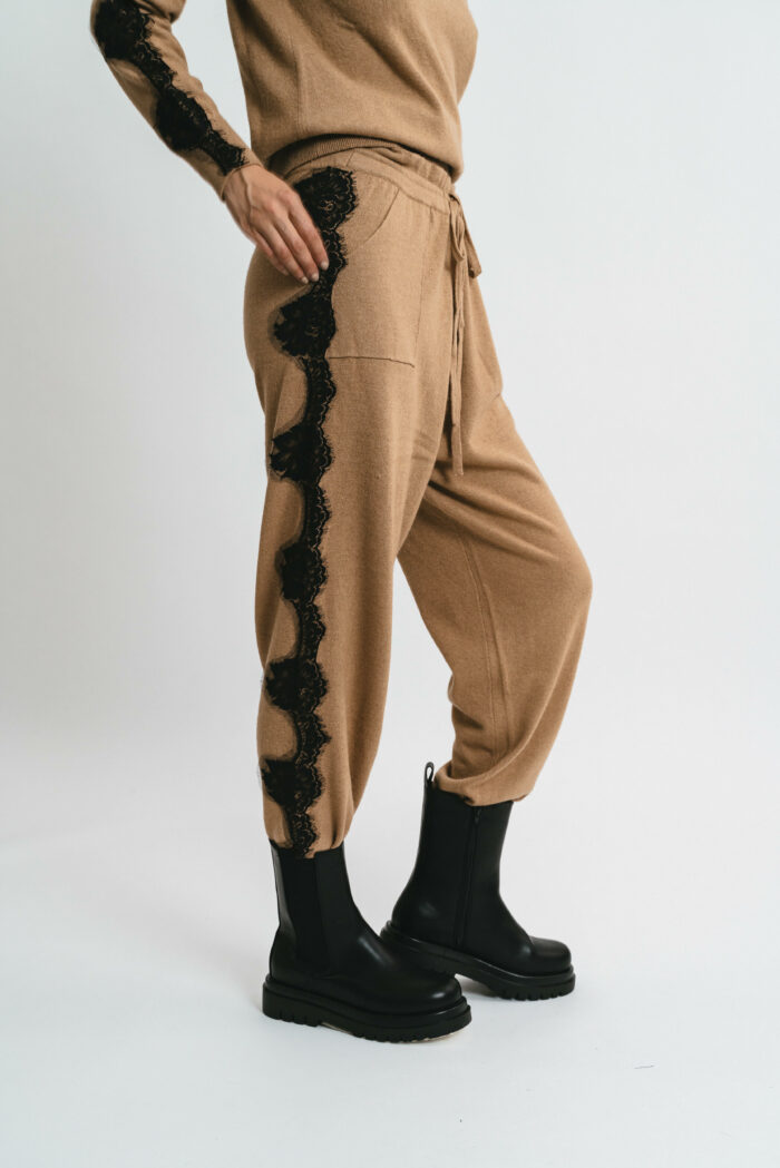 Pants with cuffs with lace